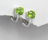 Cercei mici din argint cu incuietoare tip omega cu piatra semipretioasa peridot verde