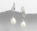 Cercei lungi din argint cu aspect de aur alb cu perla de cultura alba