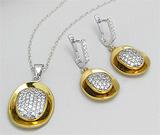 Set de bijuterii din argint placat cu aur: cercei si pandantiv cu imitatii de diamante