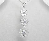 Martisoare din argint de 1 Martie: Pandantiv model floricele din argint cu zirconia
