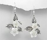 Cercei din argint cu flori din scoica alba si imitatii de diamante