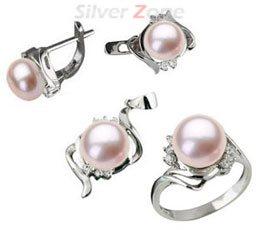 Set din argint cu aspect de aur alb: inel, cercei si pandantiv cu perla de cultura roz si imitatii de diamante