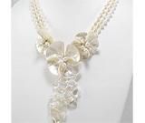 Colier cu flori din scoica alba, perle de cultura, margele din sticla si inchizatoare din argint