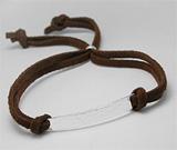 Bratara cu snur maro imitatie de piele intoarsa de caprioara si placuta din argint cu finisaj ciocanit