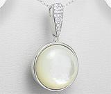 Pandantiv rotund din argint cu aspect de aur alb cu scoica alba si imitatii de diamante