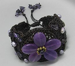 Bratara crosetata din sfoara cerata, cu floare din ametist mov