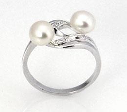 Inel din argint cu perlute albe de cultura