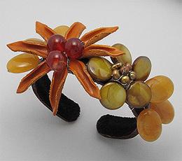 Bratara fixa cu floare din piele maro, scoica vopsita, perle de cultura vopsite, pietre naturale: agate si carneol